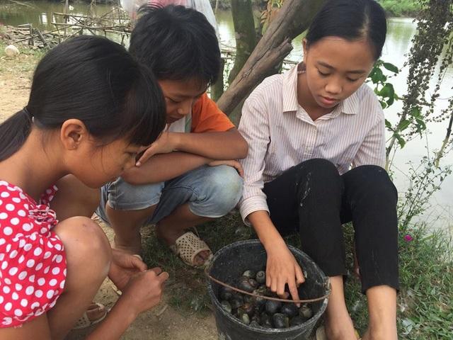 Mẹ ốm đau liệt giường, 3 đứa trẻ mồ côi cha ăn ốc thay cơm vì nhà hết gạo - Ảnh 2