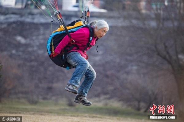 Lạ lùng những cụ bà trăm tuổi đam mê chinh phục bầu trời  - Ảnh 4