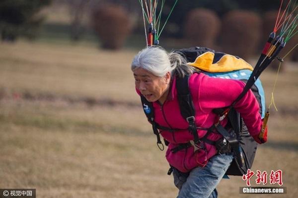 Lạ lùng những cụ bà trăm tuổi đam mê chinh phục bầu trời  - Ảnh 3