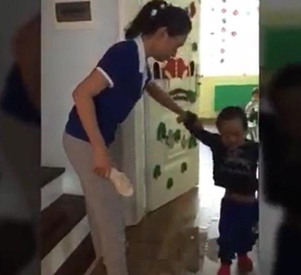 Nói nhiều, bé 6 tuổi bị giáo viên dán miệng đến chết