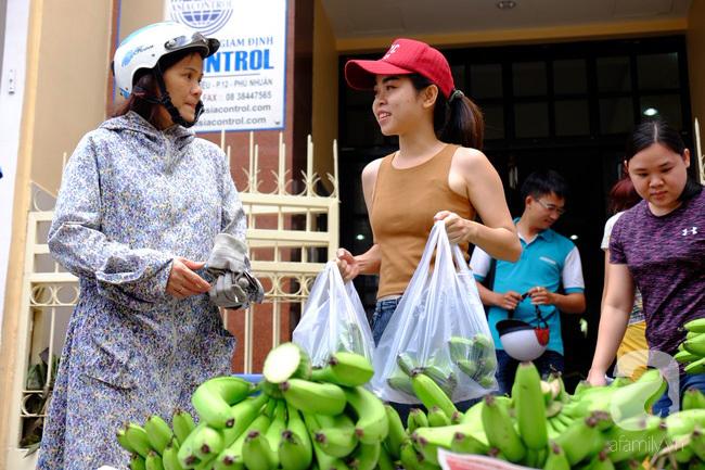 Nữ sinh Sài Gòn xuống đường 'cứu chuối' giúp bà con Đồng Nai - Ảnh 11
