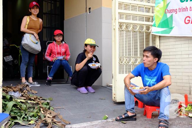 Nữ sinh Sài Gòn xuống đường 'cứu chuối' giúp bà con Đồng Nai - Ảnh 13
