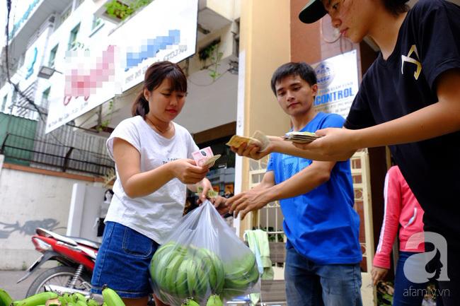Nữ sinh Sài Gòn xuống đường 'cứu chuối' giúp bà con Đồng Nai - Ảnh 4
