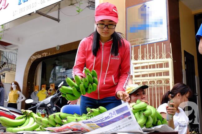 Nữ sinh Sài Gòn xuống đường 'cứu chuối' giúp bà con Đồng Nai - Ảnh 10