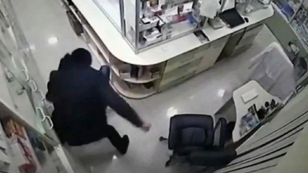 Kinh hoàng: Nữ dược sĩ bị kẻ lạ mặt đâm 20 nhát dao trước khi cắt cổ