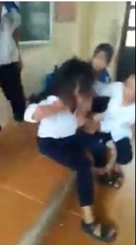 Nhóm nữ sinh cấp 2 'đè đầu cưỡi cổ' đánh đập, xé quần áo bạn học