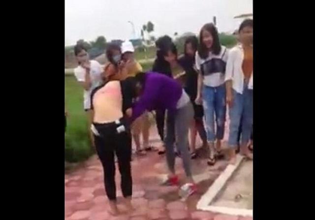 Nữ sinh dùng nón bảo hiểm choảng nhau gây bão mạng - Ảnh 1