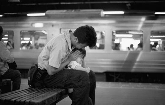 Dụng ý của người cha khi để con trai nhỏ qua đêm tại nhà ga khiến ai cũng nể phục - Ảnh 2