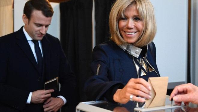 Đệ nhất phu nhân 64 tuổi, vợ của tổng thống đắc cử trẻ nhất nước Pháp - Ảnh 2