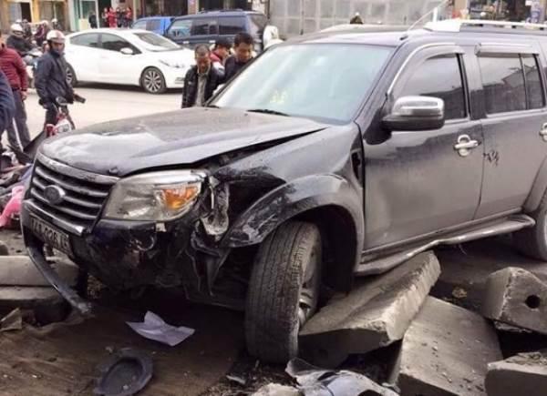 Ôtô đâm hàng loạt xe máy, 03 người bị thương - Ảnh 1