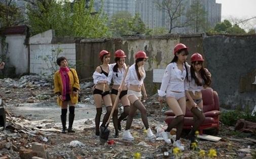 Giám đốc cử dàn mỹ nữ mặc nội y đến công trường làm đội công nhân bấn loạn - Ảnh 2
