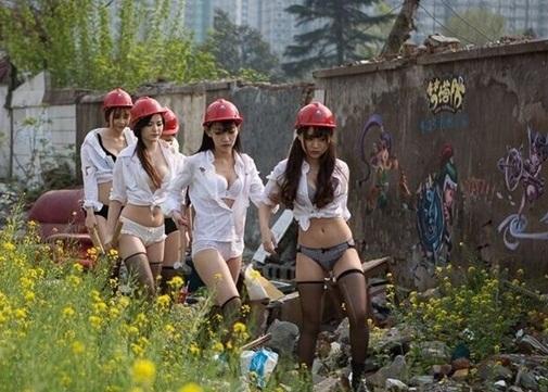 Giám đốc cử dàn mỹ nữ mặc nội y đến công trường làm đội công nhân bấn loạn - Ảnh 3