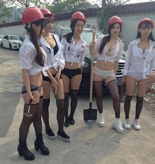 Giám đốc cử dàn mỹ nữ mặc nội y đến công trường làm đội công nhân bấn loạn - Ảnh 4