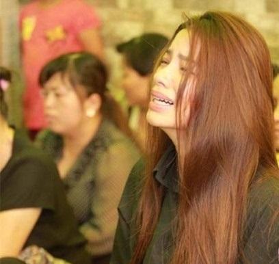 Hoa hậu Phạm Hương bị chỉ trích trong ngày cúng 49 ngày bố