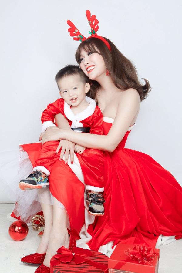 Phi Thanh Vân tung ảnh Giáng sinh đẹp ngỡ ngàng bên con trai - Ảnh 2