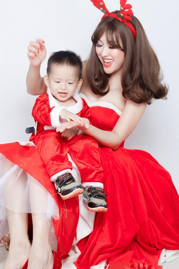 Phi Thanh Vân tung ảnh Giáng sinh đẹp ngỡ ngàng bên con trai - Ảnh 3