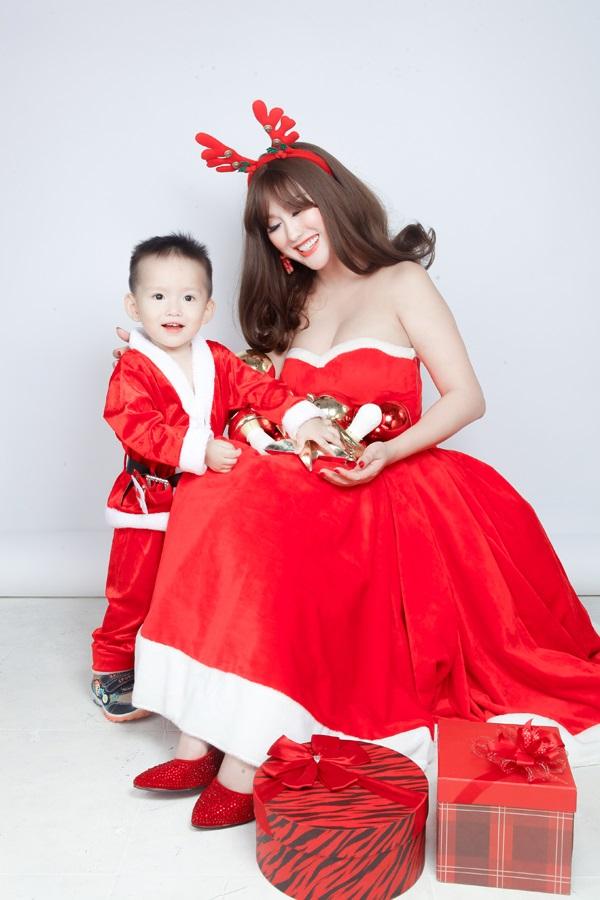 Phi Thanh Vân tung ảnh Giáng sinh đẹp ngỡ ngàng bên con trai - Ảnh 4