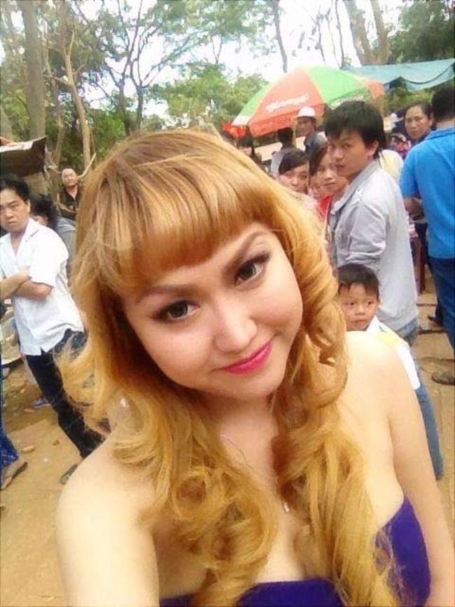 Hình ảnh sao Việt ăn mặc hở hang, phản cảm chốn linh thiêng