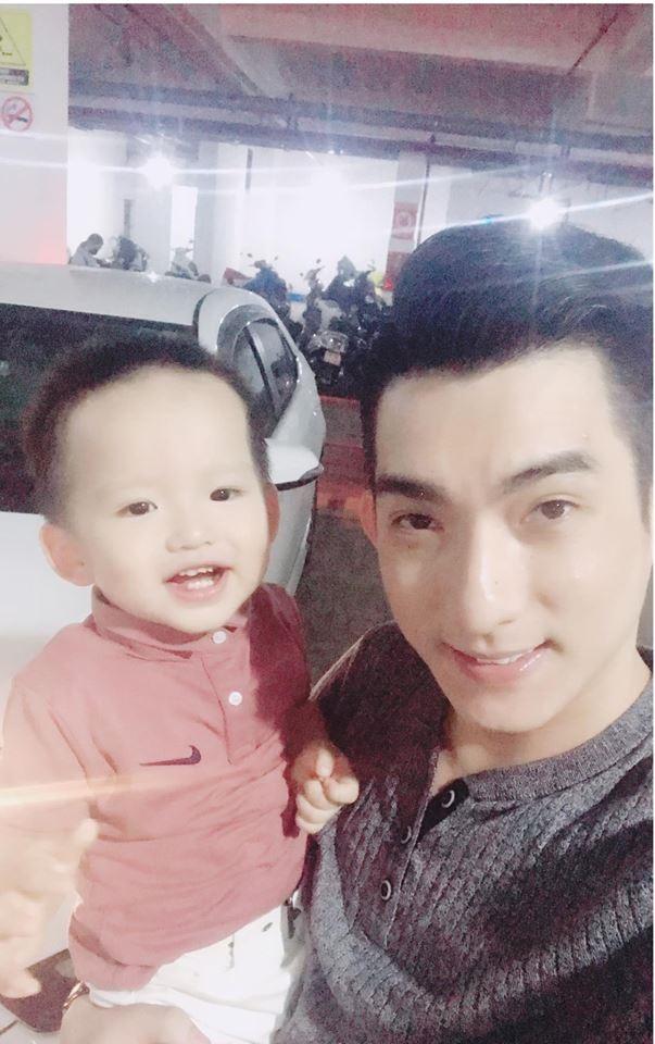 Chồng cũ Phi Thanh Vân 'trốn' vợ mới đến thăm con trong khi nữ diễn viên mặc sexy đi ăn với trai đẹp - Ảnh 2