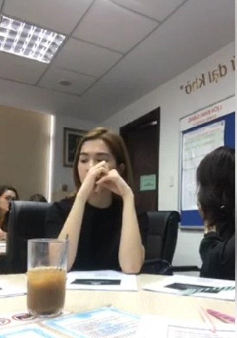 Ngọc Trinh tỏ vẻ khó chịu khi ngồi cạnh Phi Thanh Vân trong lớp học