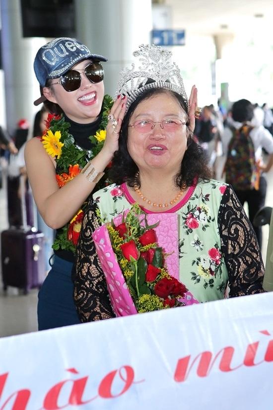 Vừa đáp xuống sân bay, tân Hoa hậu Doanh nhân Phi Thanh Vân gây choáng váng với hành động 'bá đạo' này - Ảnh 3