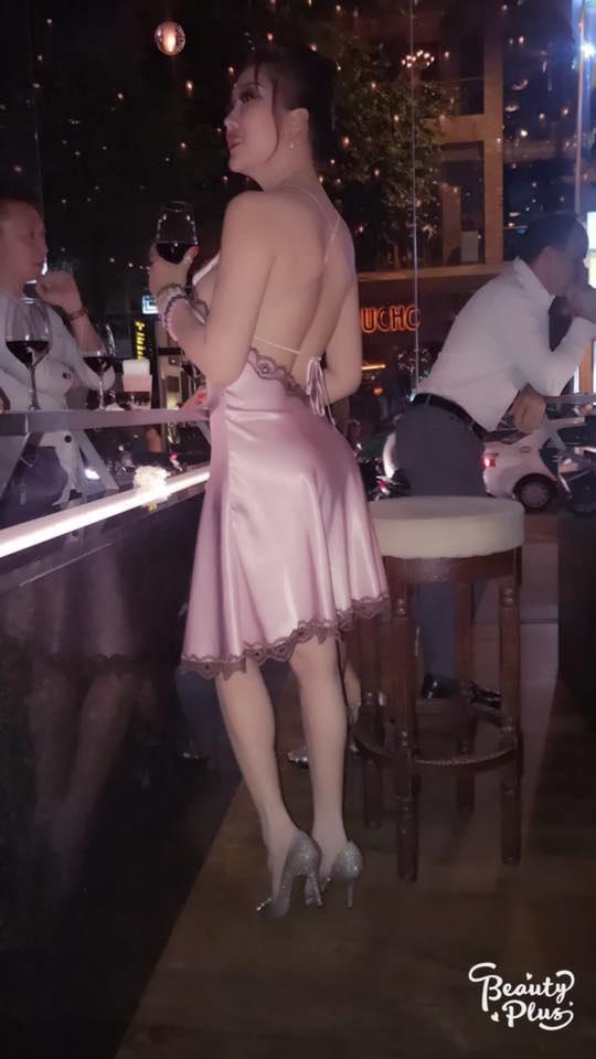 Phi Thanh Vân diện váy ngủ mỏng tang đi bar, lộ hết cả ngực khủng