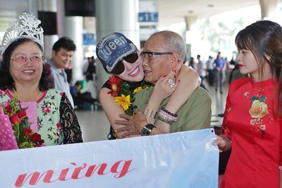 Vừa đáp xuống sân bay, tân Hoa hậu Doanh nhân Phi Thanh Vân gây choáng váng với hành động 'bá đạo' này - Ảnh 4