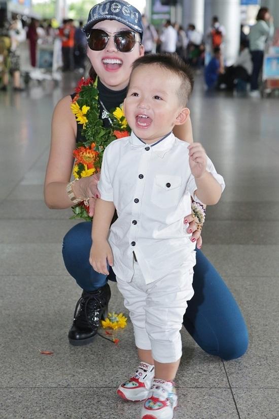 Vừa đáp xuống sân bay, tân Hoa hậu Doanh nhân Phi Thanh Vân gây choáng váng với hành động 'bá đạo' này - Ảnh 5