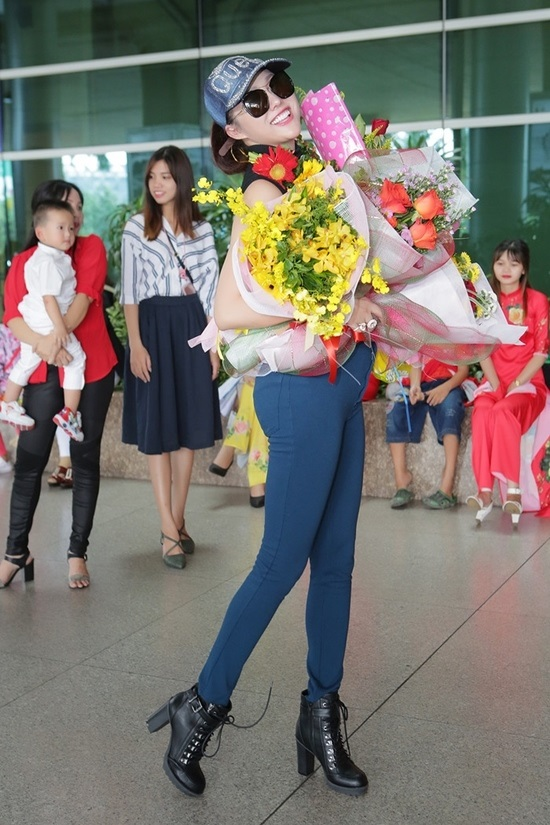 Vừa đáp xuống sân bay, tân Hoa hậu Doanh nhân Phi Thanh Vân gây choáng váng với hành động 'bá đạo' này - Ảnh 1