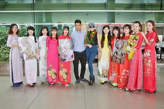 Vừa đáp xuống sân bay, tân Hoa hậu Doanh nhân Phi Thanh Vân gây choáng váng với hành động 'bá đạo' này - Ảnh 7