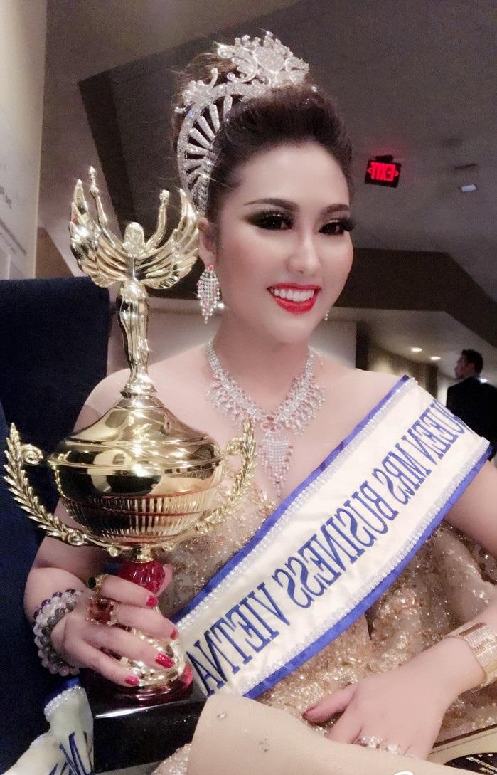 Vừa đáp xuống sân bay, tân Hoa hậu Doanh nhân Phi Thanh Vân gây choáng váng với hành động 'bá đạo' này - Ảnh 8