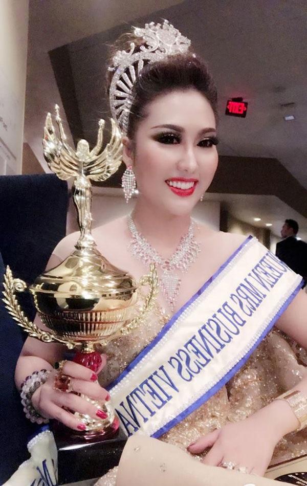 Vừa đăng quang, tân Hoa hậu Doanh nhân Thế giới người Việt 2017 - Phi Thanh Vân đã bị Cục Nghệ thuật biểu diễn 'sờ gáy' - Ảnh 1