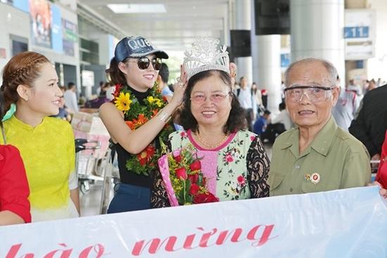 Vừa đáp xuống sân bay, tân Hoa hậu Doanh nhân Phi Thanh Vân gây choáng váng với hành động 'bá đạo' này - Ảnh 2