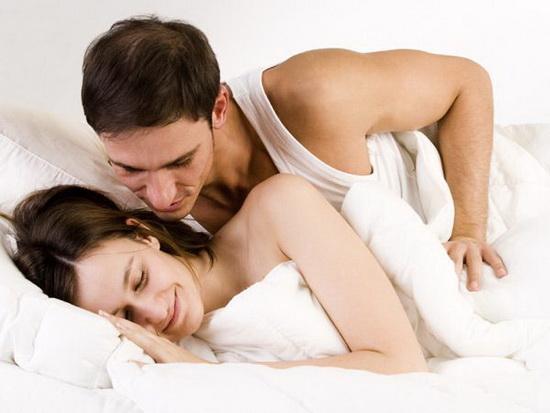 Anh ấy sẽ luôn dành cho vợ những cử chỉ yêu thương khi ngủ cùng nhau