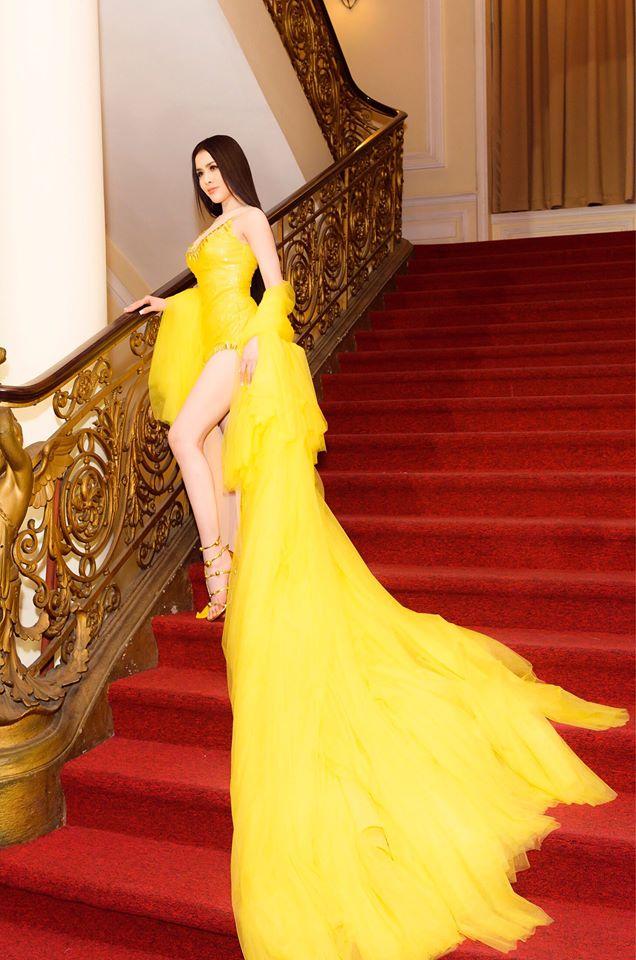 Làm khách không mời mà đến, Á hậu Thư Dung trơ trẽn khoe chân dài, đọ sắc mỹ nhân Việt - Ảnh 4
