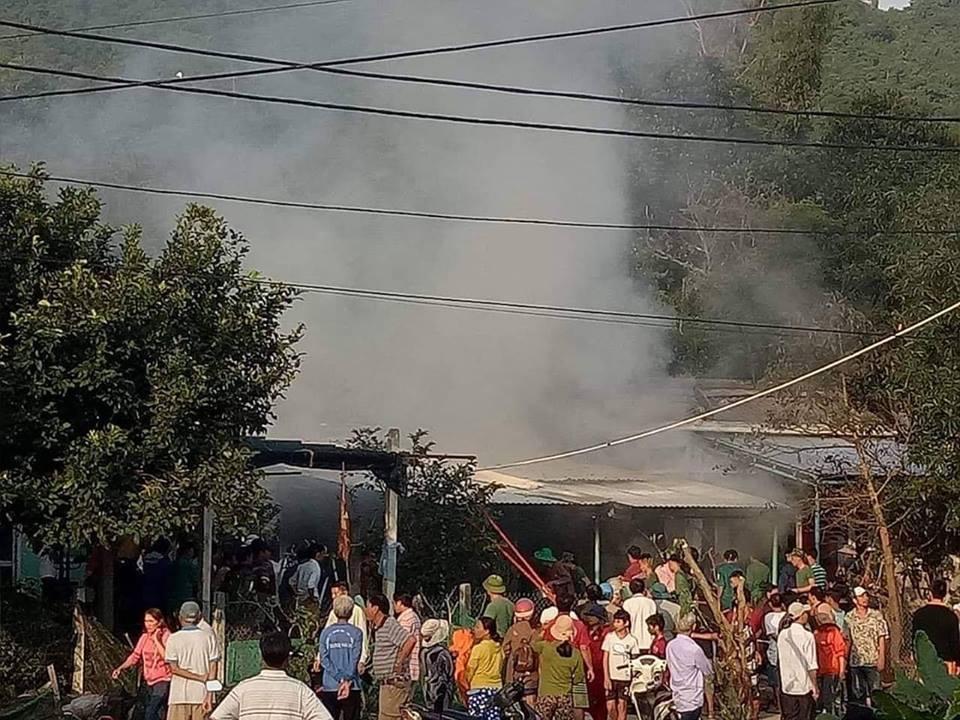 Trăm người dập lửa quầy tạp hóa cứu bé gái 3 tuổi bất thành - Ảnh 1