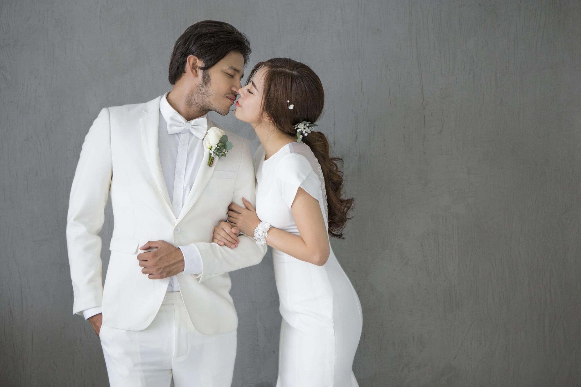 Diễn viên Gạo nếp gạo tẻ 'khoá môi' bạn trai ngọt ngào trong ảnh cưới - Ảnh 1