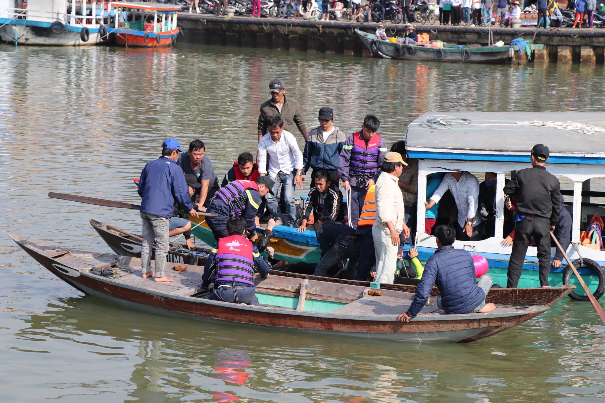 Hàng trăm người xót xa khi tìm thấy thi thể bé trai 6 tuổi mắc kẹt trong chiếc ô tô lao xuống sông Hoài - Ảnh 2