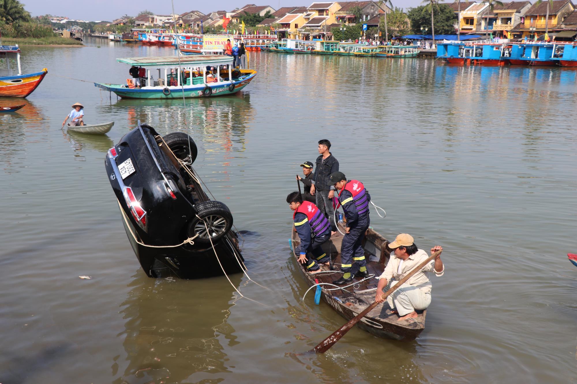 Hàng trăm người xót xa khi tìm thấy thi thể bé trai 6 tuổi mắc kẹt trong chiếc ô tô lao xuống sông Hoài - Ảnh 5