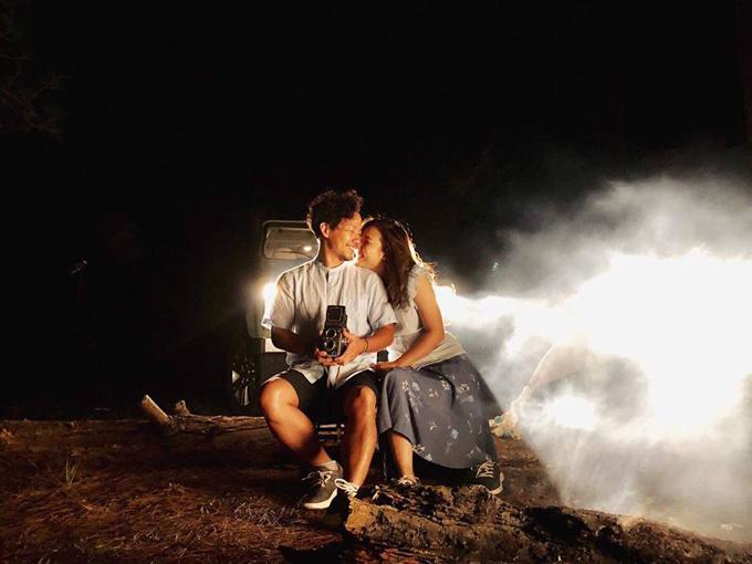 Đinh Tiến Đạt chụp ảnh tình tứ cùng bà xã tại quê hương 'tình cũ' Hari Won - Ảnh 3