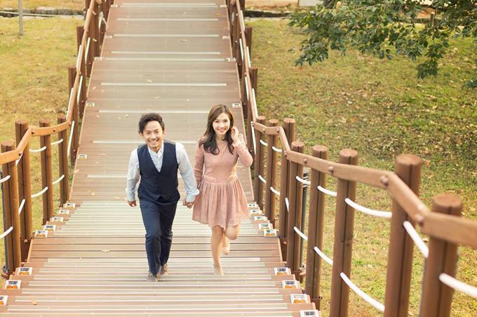 Đinh Tiến Đạt chụp ảnh tình tứ cùng bà xã tại quê hương 'tình cũ' Hari Won - Ảnh 7
