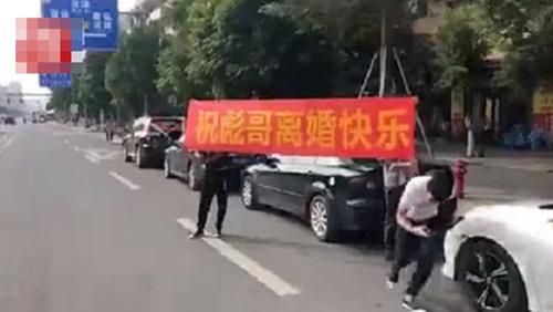 Ly hôn thành công, người đàn ông ăn mừng hoành tráng với đoàn xe diễu hành khắp phố - Ảnh 2