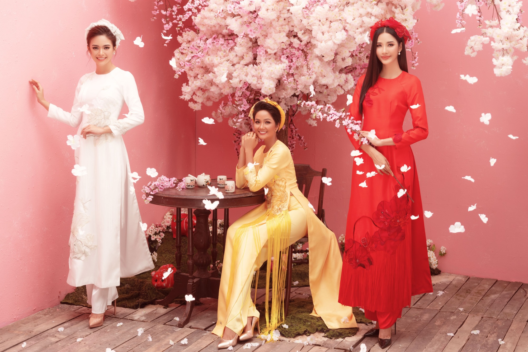 Ba nàng Hậu Việt Nam - H'Hen Niê, Á hậu Mâu Thủy, Hoàng Thùy 'đọ sắc' trong bộ ảnh đón Xuân Kỷ Hợi - Ảnh 2