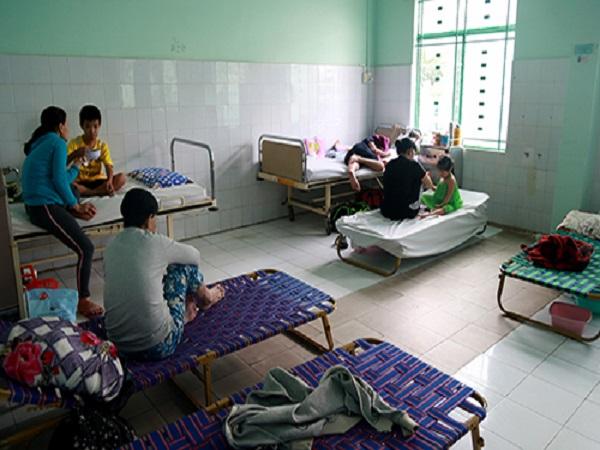 Bệnh viện ở Khánh Hòa kê ghế bố cho bệnh nhân nằm - Ảnh 1