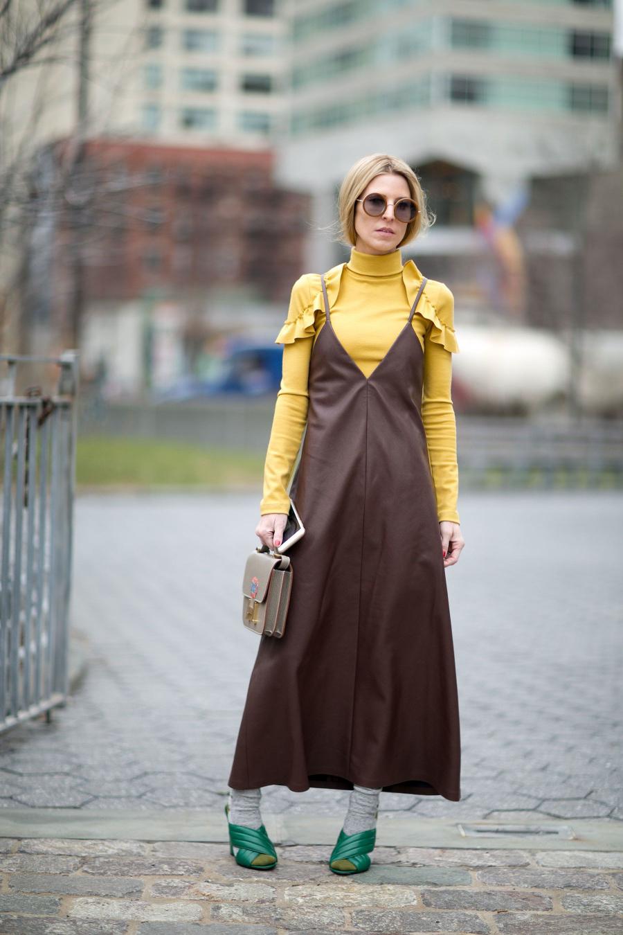 Bảng màu trầm ấm cũng là một sự lựa chọn hoàn hảo cho những ngày giao mùa, hãy chú ý két hợp phụ kiện để tạo sự sinh động và mới mẻ cho bộ trang phục.