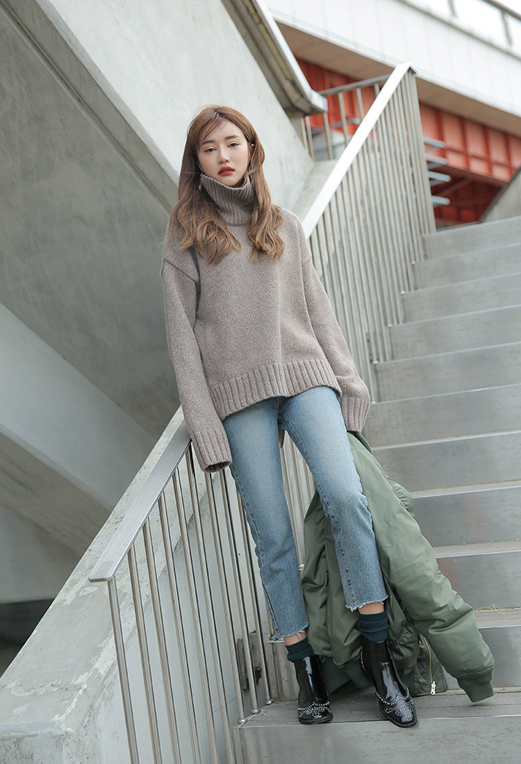 Áo len cổ lọ oversized + jeans lửng + ankle boots chính là một trong những combo