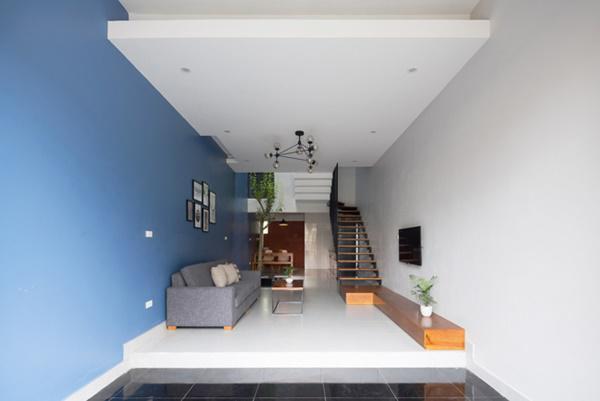 Phòng khách và chỗ để xe được phân biệt bởi màu sàn nhà, đồng thời phòng khách được nâng lên cao hơn 1 bậc, giải quyết triệt để vấn đề về vệ sinh.