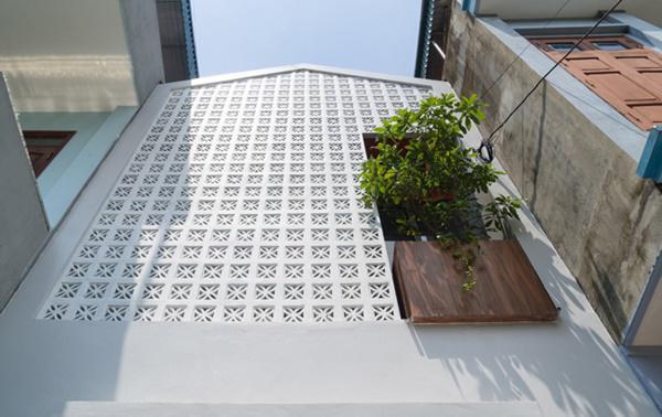 Các kiến trúc sư đã sử dụng gạch thông gió, loại vật liệu xây dựng quen thuộc, dễ kiếm, giá thành rẻ, để xây mặt tiền của ngôi nhà.