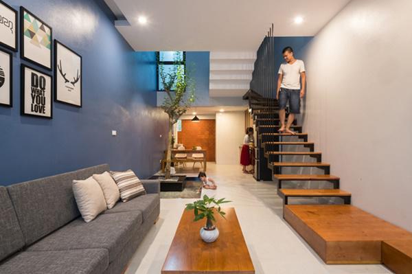Tầng 1 là chỗ để xe, phòng khách, phòng ăn, bếp và khu vệ sinh.