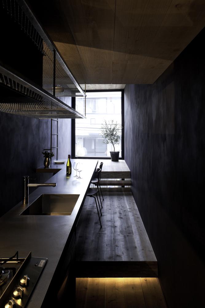 Khu vực bếp sáng sủa, gồm bếp gas, bồn rửa và bàn ăn được bố trí trải dài, dọc theo căn nhà để tiết kiệm diện tích và có lối đi lại.